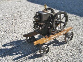 """-costruttore:  INTERNATIONAL HARVESTER COMPANY McCormick-Deering  (U.S.A.) -modello: type M -potenza: 1½ hp -anno di costruzione: anni '20  -caratteristiche: motore a scoppio alimentato a petrolio,  raffreddamento """"a vasca"""", accensione  con magnete ad alta tensione """"a  strappo"""" WICO."""